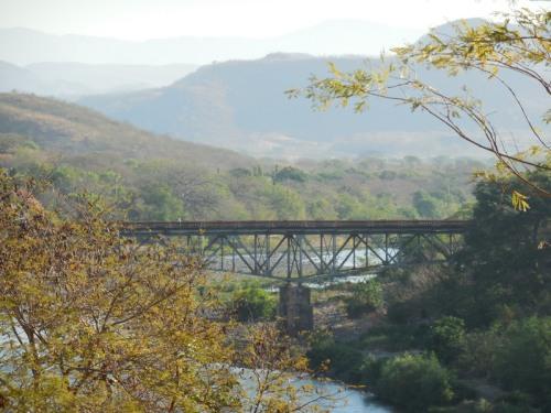 Bridge between El Salvador and Hondorus